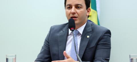 Célio Studart quer derrubar medidas ambientais polêmicas do governo federal